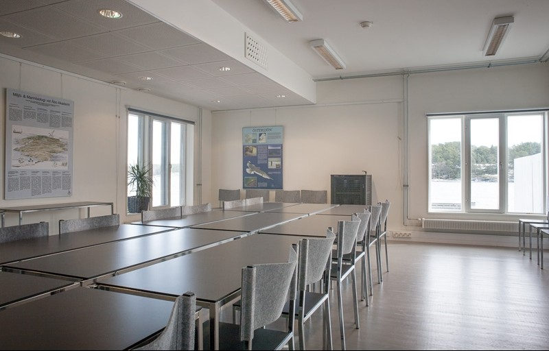 Seminaarihuone (bild) 35 paikkaa (pöydillä ja tuoleilla) 50 paikkaa (vain tuoleilla)